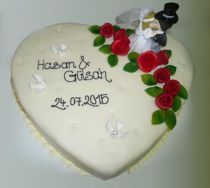 Hochzeitstorte Herz Mit Brautpaar Cafe Am Rathaus