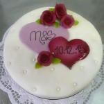 Hochzeitstorte mit Herz und Rosen