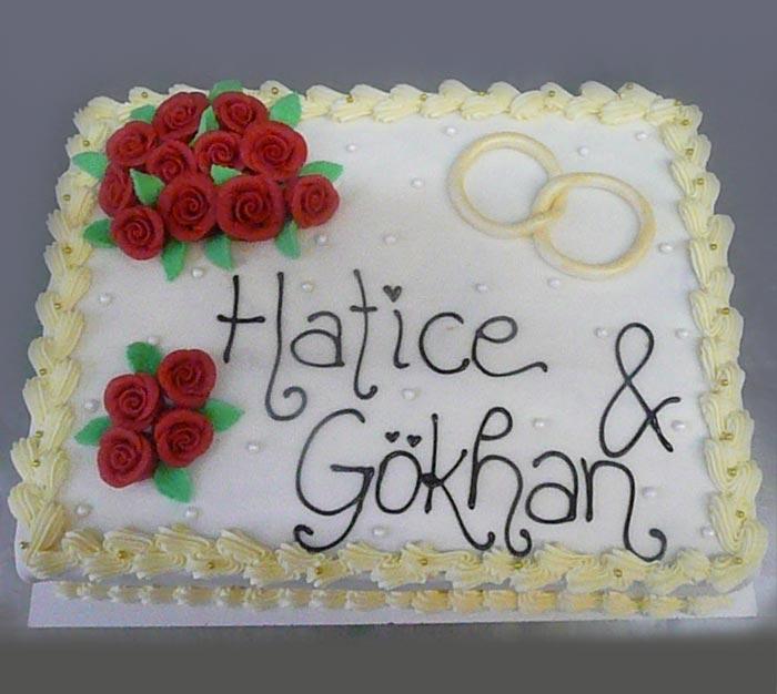 Hochzeitstorte mit Rosen und Ringe