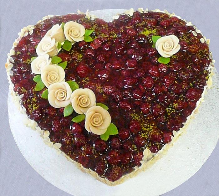 Hochzeitstorte Herz mit Frucht