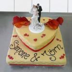 Hochzeitstorte mit Herz und Brautpaar